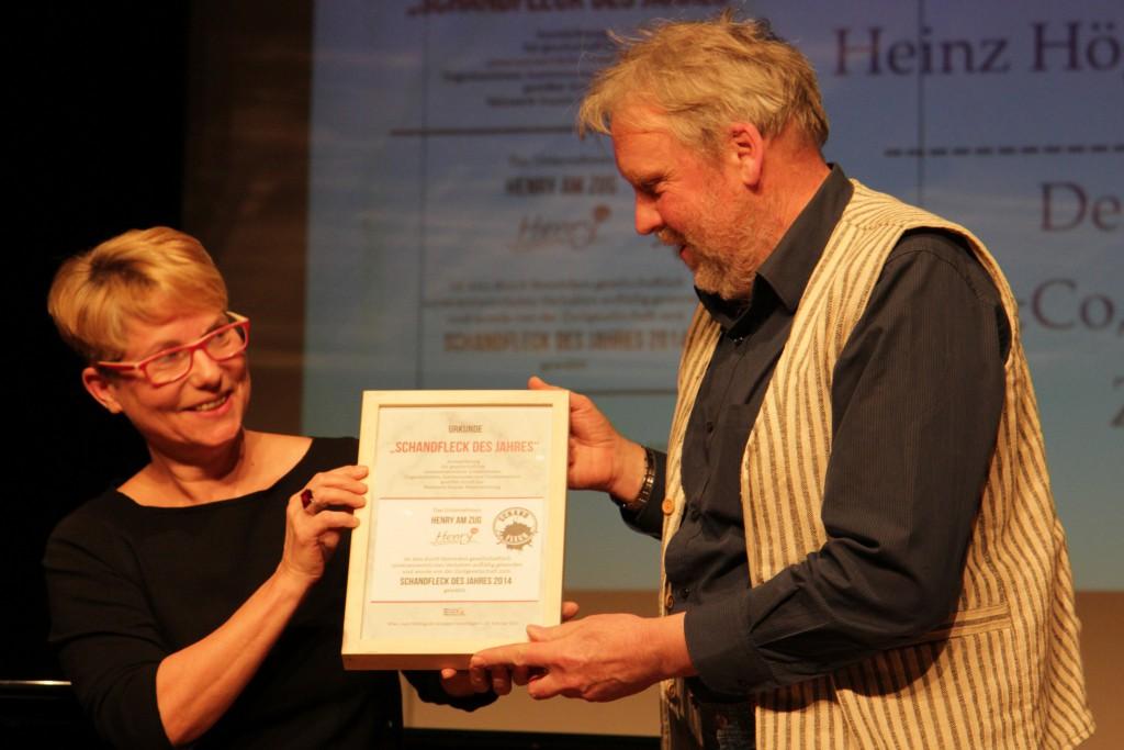 """Henry am Zug gewinnt den Publikumspreis """"Schandfleck des Jahres 2014. Mit Heinz Högelsberger (vida) und Eva van Rahden (Volkshilfe)"""