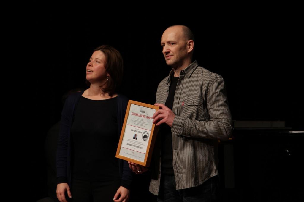 Jean-Claude Juncker gewinnt den Jurypreis Schandfleck des Jahres 2014. Mit Marieta Kaufmann (NeSoVe) und Karl Goldberg (vida)