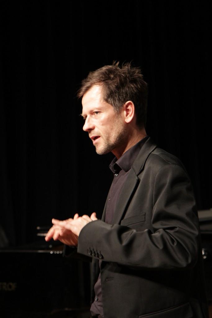 Klaus Werner-Lobo, Autor des Buches Schwarzbuch Markenfirmen, hält eine Rede
